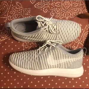 Nike women's tennis shoes grey gently worn